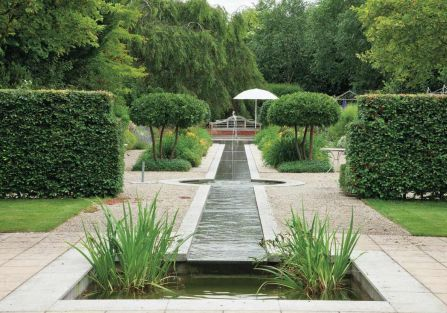 Przez środek ogrodu płynie sztuczny strumień z fontanną i kaskadą. Nic tak nie uspokaja jak szmer wody.