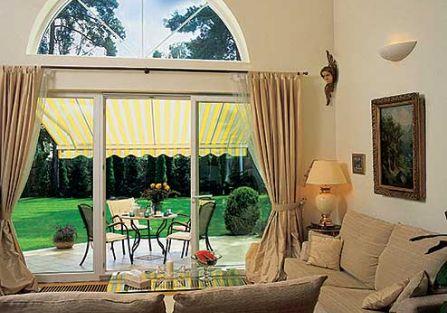 Ogromne okno jest w salonie jak telewizor z czterema kanałami – wiosna, lato, jesień, zima. I nikomu nie przeszkadza,