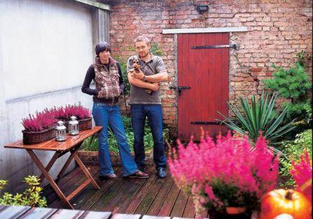 Ola i Tomek w ogródku. W poznańskiej kamienicy