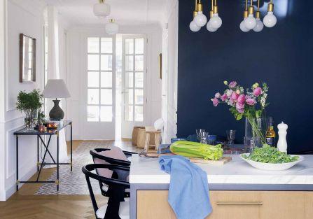 Oto jak ciemne, ciasne poddasze można zamienić w ciepły apartament z jasnym salonem, kolorową kuchnią,