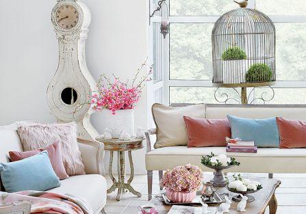 Pastelowe dekoracje wielkanocne przepięknie wyglądają w stylizowanym, francuskim salonie.