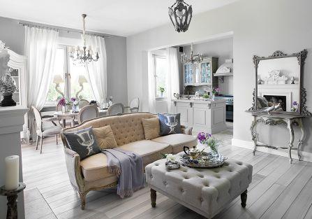 Pluszowe poduszki z Home Sweet Home, z monogramem od Decor Home, pled od Savoya Home.