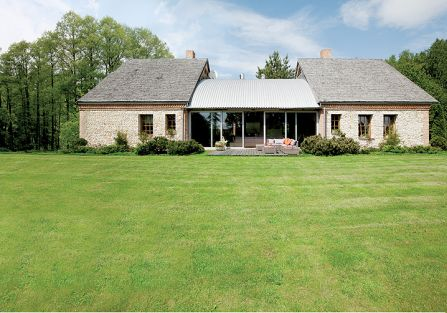 Pomysł z francuskiego magazynu: nowoczesny dom stylizowany na stodołę i połączony ze starym budynkiem przeszklonym