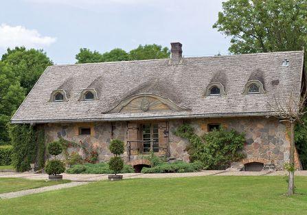 Porządna wiejska siedziba pasująca do otoczenia.