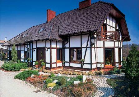 Przed domem wypielęgnowane rabaty. Pruski mur, czyli siła tradycji