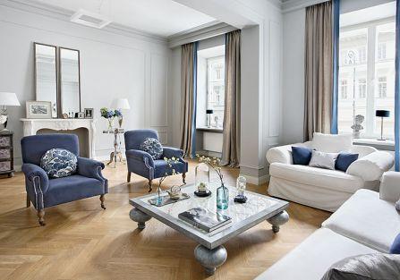 Przestawiła sofę i dodała dwa aksamitne fotele z Decoloru.