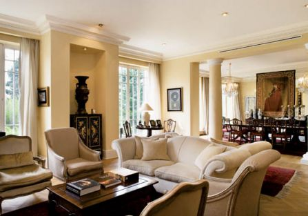 Przestronny salon, jadalnia i pokój kominkowy to właściwie jedno wnętrze.