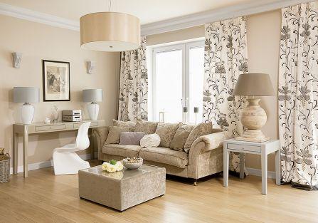 Renata urządziła salon polując na okazje: kanapa z wyprzedaży, konsole, stolik i lustro Decolor. Podobnie