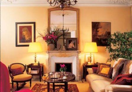 Rodzinne obrazy mają zawsze honorowe miejsce. Na kominku stoi portret prababki, a po lewej Kasia
