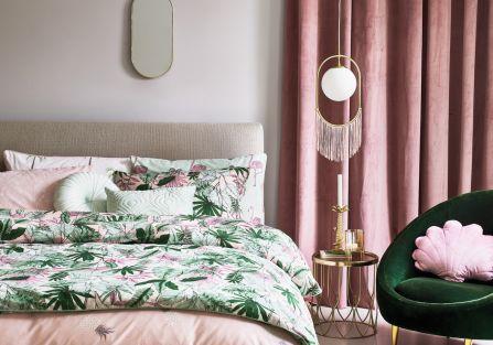 różowa sypialnia zielone dodatki