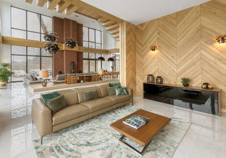salon z drewnem na ścianie