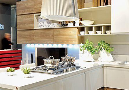 Kuchnia urządzona nowocześnie z okapem kuchennym nad wyspą.
