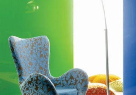 Słynny fotel Egg projektu Arne Jacobsena. Tkaninę Freedom marki Reynaldo kupimy w sklepach BM POLSKA.