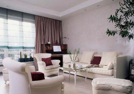 Sofy i fotele w salonie i jadalni pochodzą z różnych miejsc, i pierwotnie były bardzo kolorowe. Obicie jednakową tapicerką