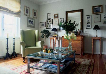 Stary fotel w pistacjowym obiciu prezentuje się rewelacyjnie.