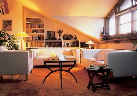 Strych ma ciekawą architekturę - skosy, okna w nietypowych kształtach. Aby je uspokoić, Marek wybrał proste białe meble.