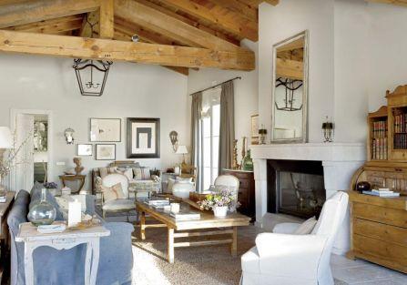 Bogato dekorowany salon to kwintesencja francuskiego stylu. Zdobią go obrazy, kwiaty i ulubione przedmioty właścicieli.