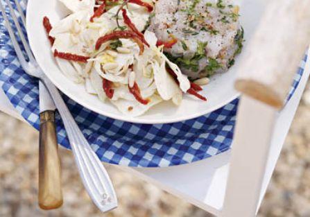 Tatar z pstrąga z sałatką z kopru włoskiego.