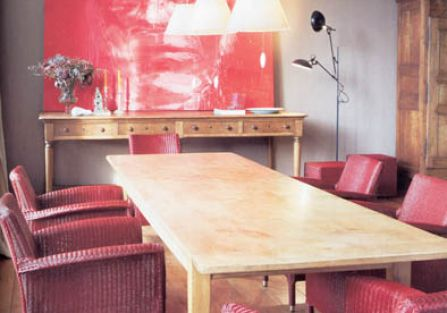 Tradycyjny splot i modna czerwień. Za fotel Deauville (z maty lloyd loom) firmy Vincent Sheppard zapłacimy 1932 zł. DECOLOR
