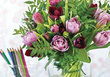 Tulipany sprawdzą się zawsze i wszędzie. Bukiet z różowych tulipanów w szkalnym wazonie.