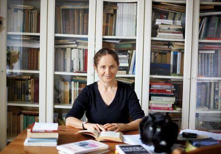 W mieszkaniu Magdaleny Tulli na warszawskim Mokotowie jest trochę ciemno, więc białe są ściany, meble w kuchni, biurko i