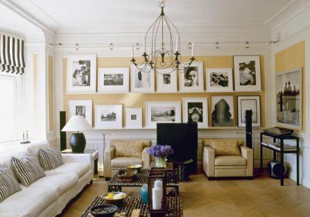 W salonie gospodarze ustawili czarno- białe fotografie.