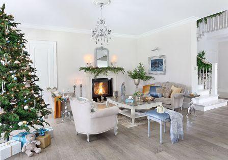 W świątecznym salonie: poduchy, świeczniki, pledy - Laura Ashley Meble i dekoracje z cyny i niklu są ze sklepu