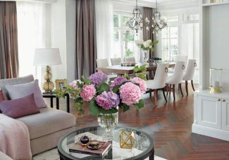 We wnętrzach dominuje tak ceniony teraz modern classic, inspirowany stylem amerykańskich rezydencji. Do tego nuty