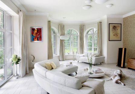 Wnętrze jest lekkie i stonowane, to doskonałe tło dla obrazów Tomasza Sętowskiego, jednego z ulubionych malarzy rodziny.