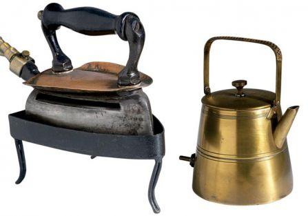 Żelazko rozgrzewane wrzątkiem gotowanym w elektrycznym czajniczku, fot. Forum