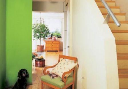 Zielona ściana ożywia wnętrze. Stare pogodzone z nowym