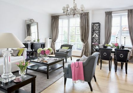 Żyrandole, owszem, są ważne, ale dom nie obejdzie się bez lamp - stojące i kinkiety przyjechały z Francji (firma