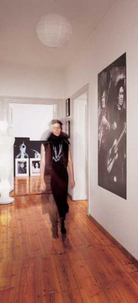 W całej pracowni można natknąć się na nastrojowe portrety muzyków autorstwa Mony. W holu Ron Wood i Keith Richards