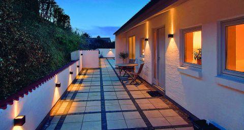 Efektowne i proste punkty świetlne Cube Led Black są idealne na elewacje domów i murowane ogrodzenia, z aluminium i
