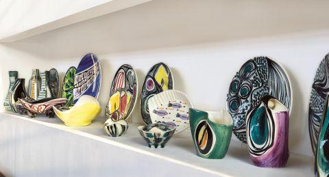 modernistyczny dom z kolekcją ceramiki