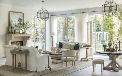 biały salon w klasycznym stylu