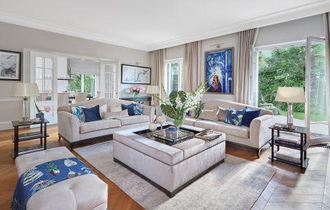 klasyczny salon z niebieskimi i srebrnymi dodatkami