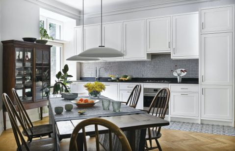 biała kuchnia w kamienicy styl eklektyczny