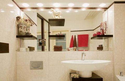 W łazience duże, dobrze oświetlone lustro.