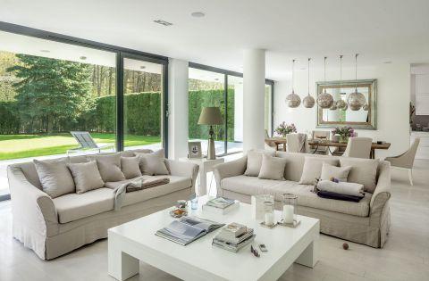 nowoczesny dom salon szklana ściana