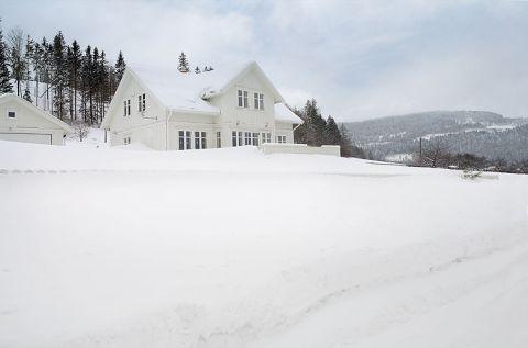 Dom jest biały, świerkowy i urządzony w typowym skandynawskim stylu