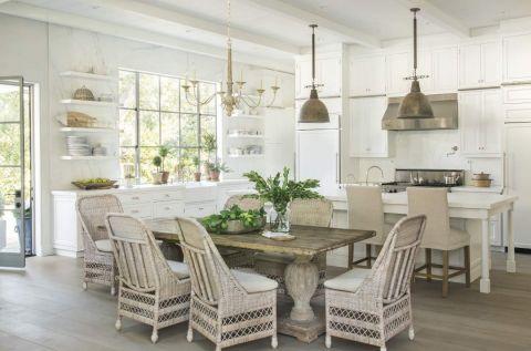 biała kuchnia z jadalnią w stylu rustykalnym