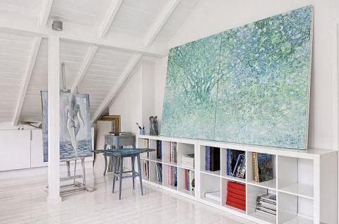 Dom przeszedł białą rewolucję , ale gdzieniegdzie na ścianach pojawia się kolor.