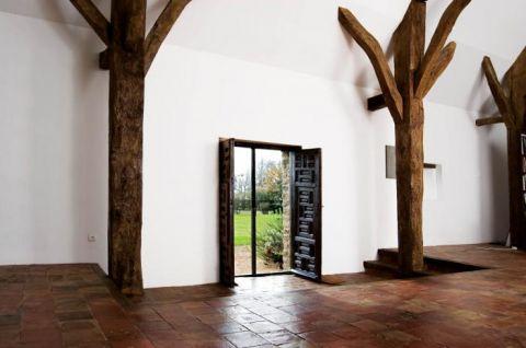 Jak w folwarku sprzed pięciuset lat- kamienne ściany kryje chropowaty tynk, strop podtrzymują spękane drewniane