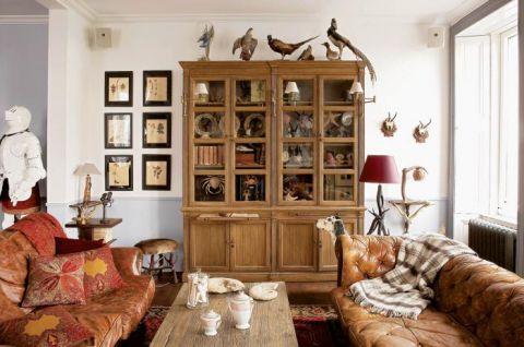 Skórzane kanapy komponują się z myśliwskim klimatem salonu.