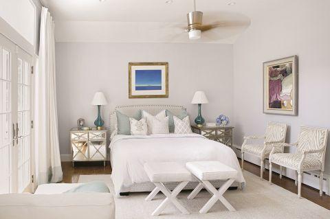 W każdej sypialni, a nawet w łazienkach wiszą obrazy. Podkreślają morski klimat domu.