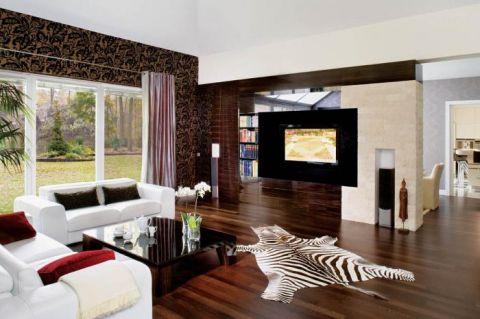 Eleganckie połączenie - piaskowiec na ścianach, meble z hebanu i wenge na podłodze.