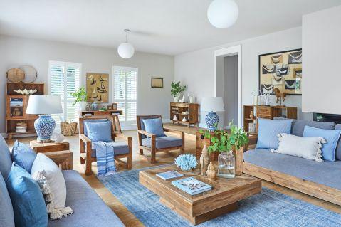 niebieski salon z drewnem