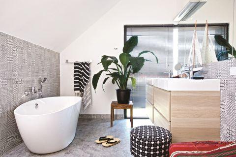biała łazienka z wanną nowoczesna aranżacja