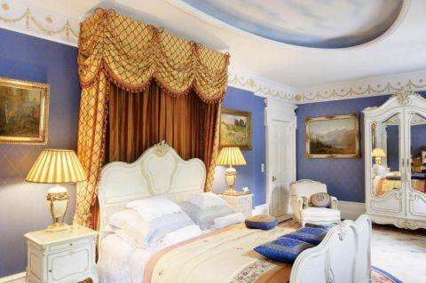 Państwo Królowie są miłośnikami sztuki. W wiktoriańskiej sypialni można podziwiać eklektyczne XIX- wieczne łóżko, w